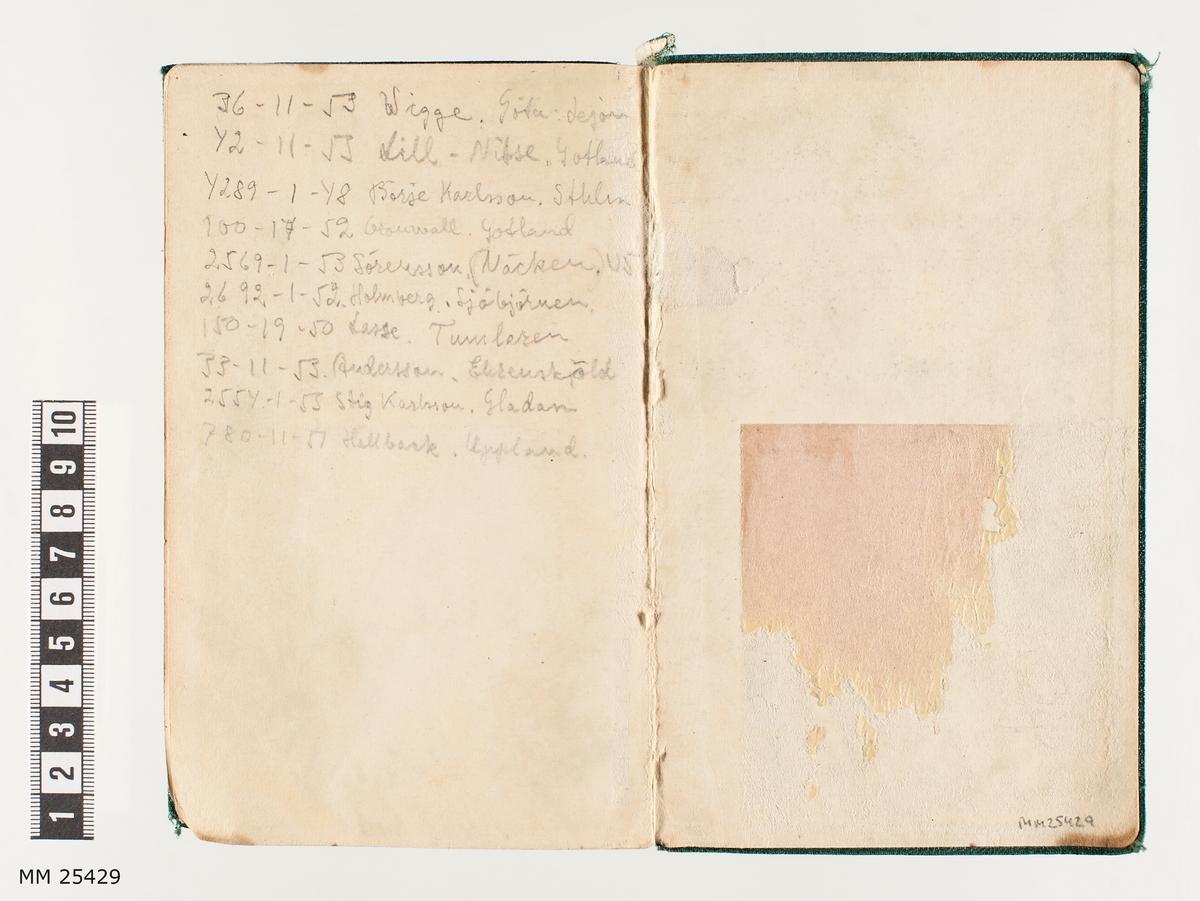 Inbunden bok med mjuka pärmar i grönt. Flikar på sidorna som visar boken indelning i kapitel. Legio anteckningar av allehanda slag på pärmens insida och på övriga sidor i boken.