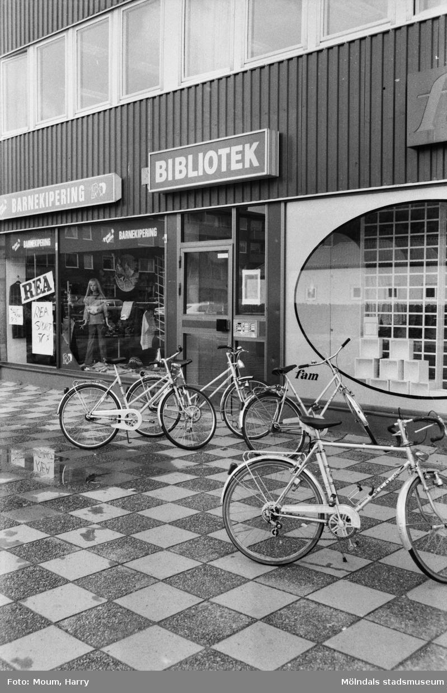 Cyklar utanför Kållereds bibliotek, år 1983.  För mer information om bilden se under tilläggsinformation.
