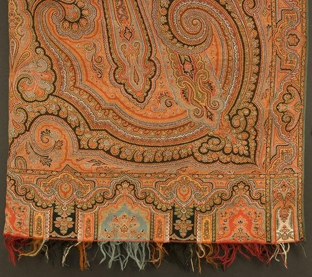 Rektangulært sjal med persisk mønster. Stor rosett i midten