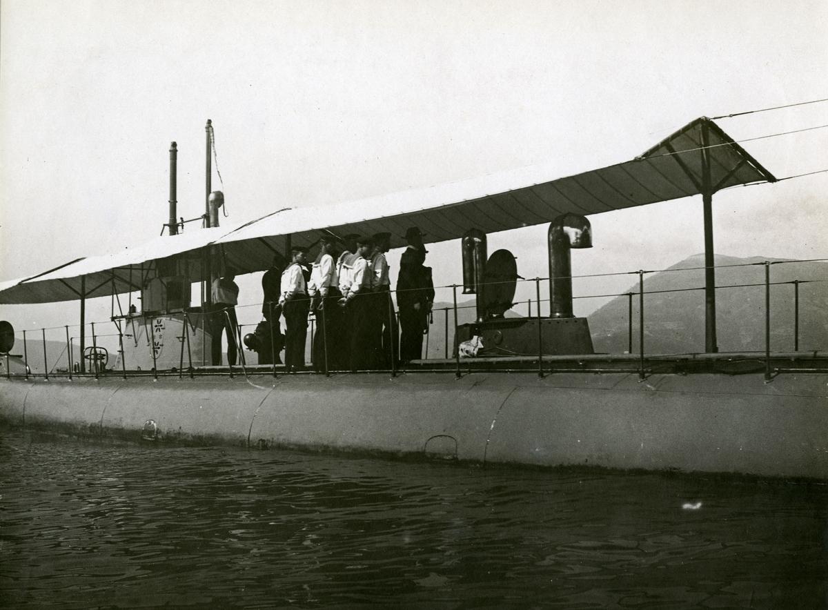 Svensk paradklädd besättning uppställd på däck ombord ubåten HVALEN. Vid övertagandet?