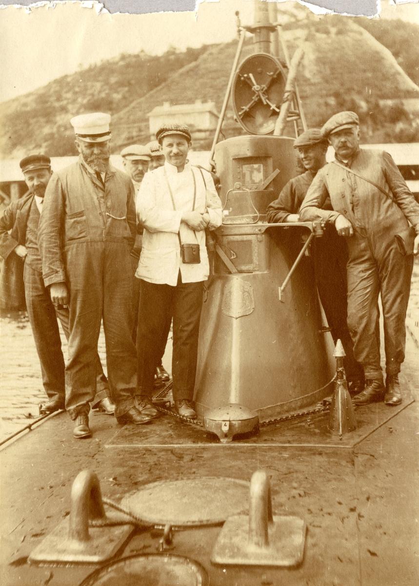 Gruppbild på varvspersonalen ombord ubåten HVALEN. Sett från fören.