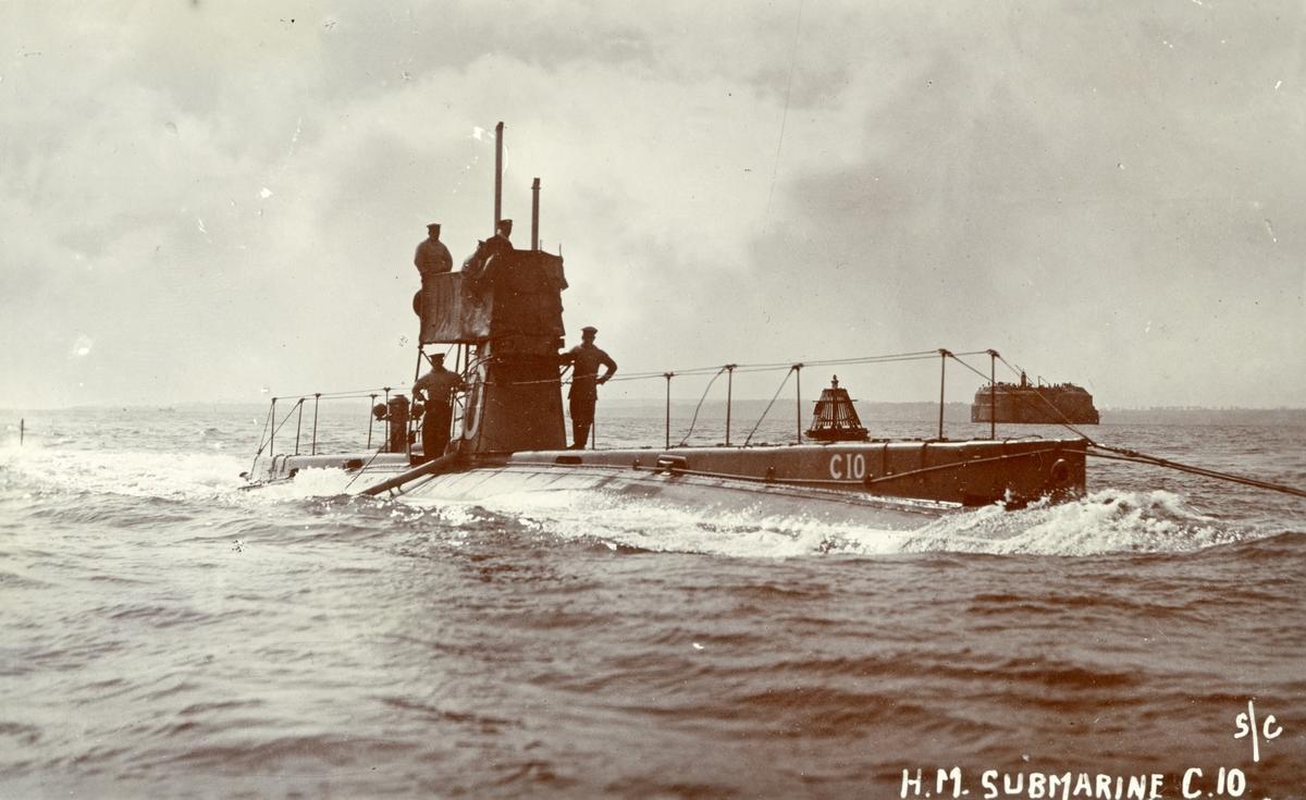 Brittiska ubåten C10.  Bakom ubåten ser vi Spitbank Fort i Spithead vid inseglingen till Portsmouth hamn.