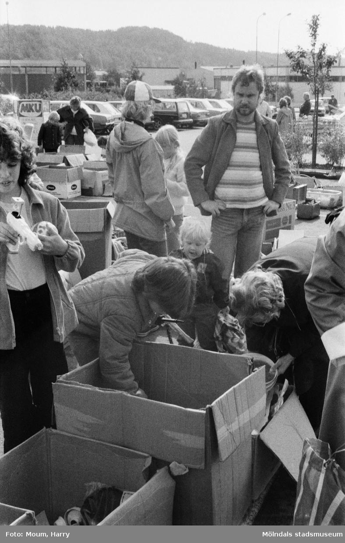 Lindome Frikyrkoförsamlings ungdomssektion håller sin årliga loppmarknad i Lindome centrum, år 1983.  För mer information om bilden se under tilläggsinformation.