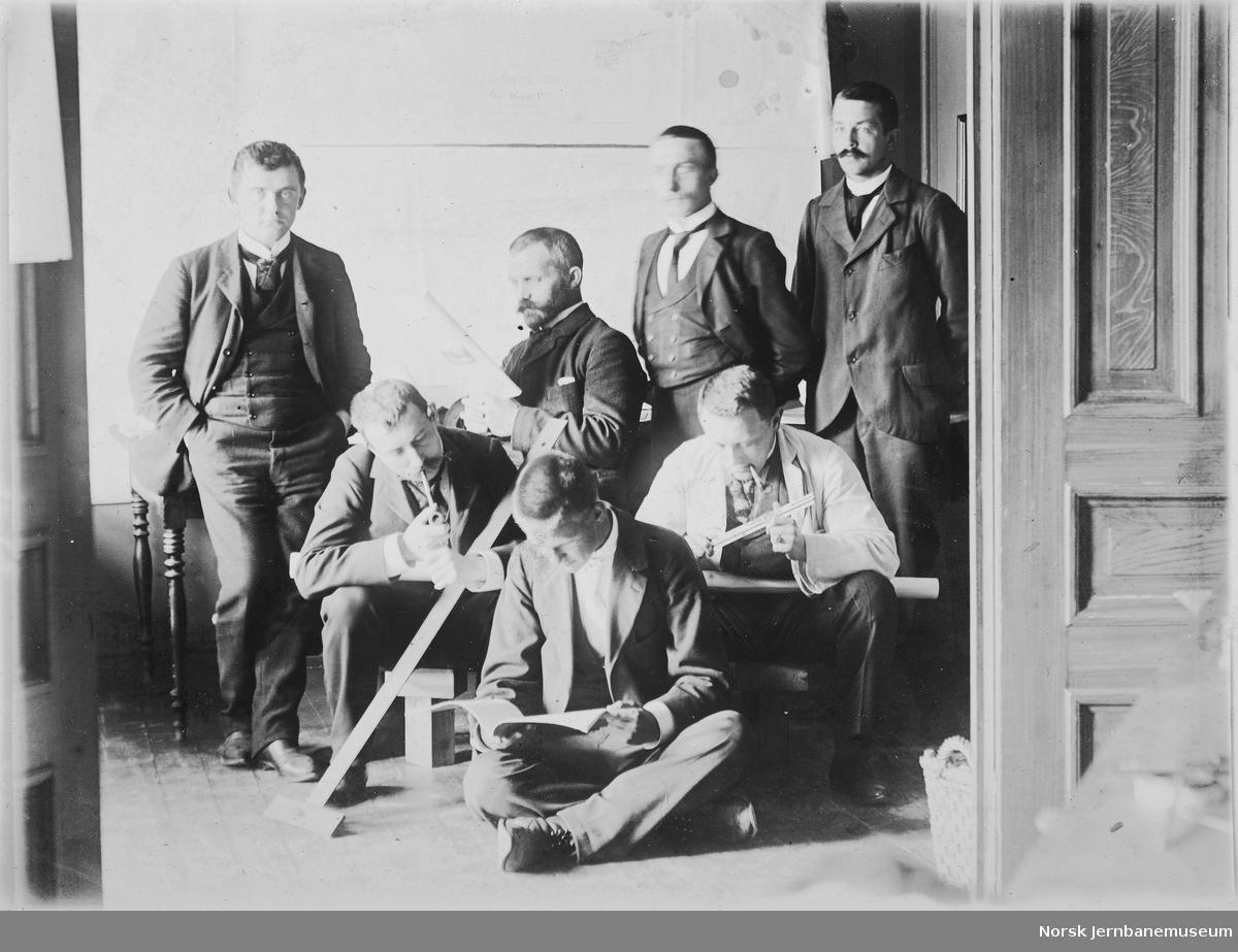 Gruppebilde med seks menn, trolig ingeniører ved Vossebanens ombygging