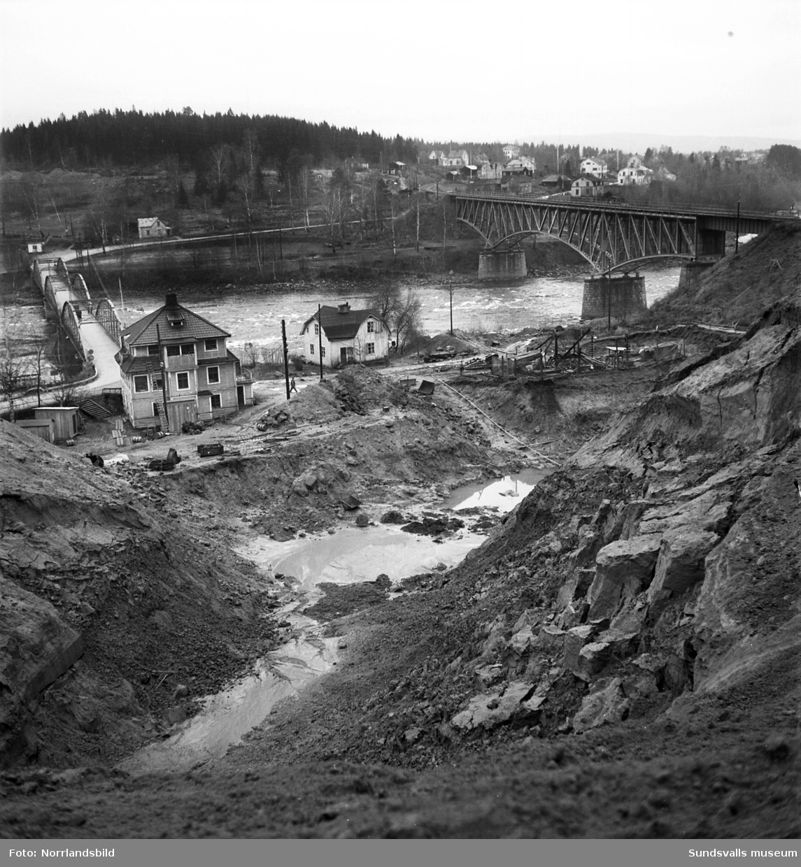I Bergeforsen har grävningsarbetena inför bygget av kraftverket börjat. På bilderna syns järnvägsbron, gamla landsvägsbron samt byggnader på områden som numera är uppdämda.