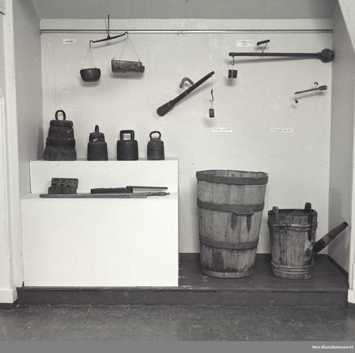 fra utstillinga, mål og redskaper i samlingen, på Nordlands- museet. Bildet mangler i arkivet.