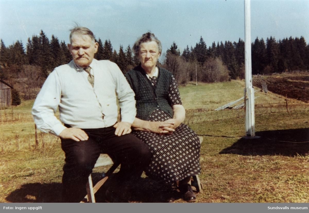 Konrad Engström (1878-1962) med sin fru Olvide og Andersson (1886-1962). Bosatta i Älva, Alnö. Konrad arbetade bl a som sågverksarbetare, fiskare, fiolspelare, amatörkonstnär, klockmakare m m. De ägde även en fiskebod i Hartungsviken.