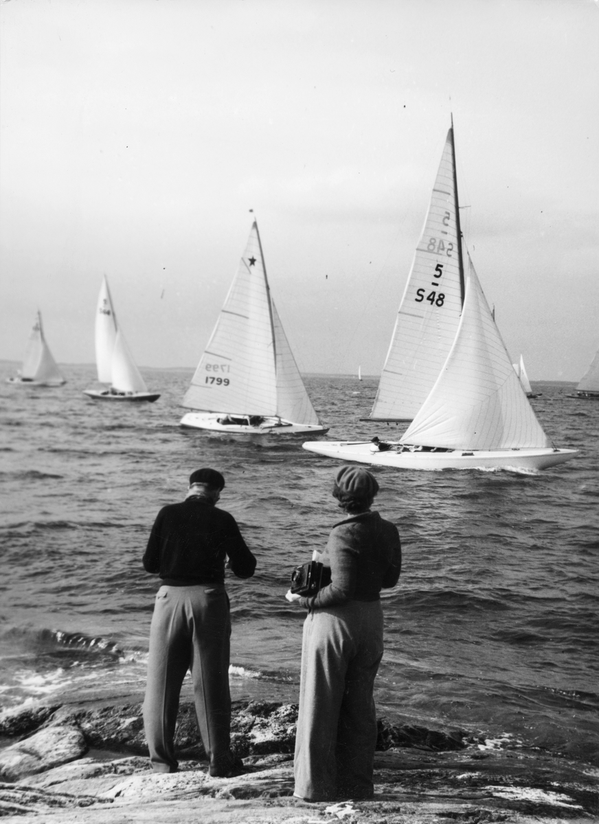 Fotograf verksam främst i Stockholm med omgivningar ca 1903-1955. Specialiserad på båtsport och båtliv.