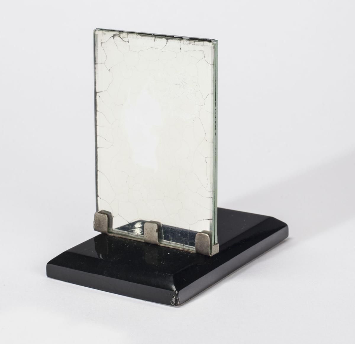 Nålehus i sølv fra slutten av 1700-tallet. Nålehuset forestiller en bergkandidat eller bergmann i bergmannsuniform. Montert på ei svartlakkert treplate med speil bak.