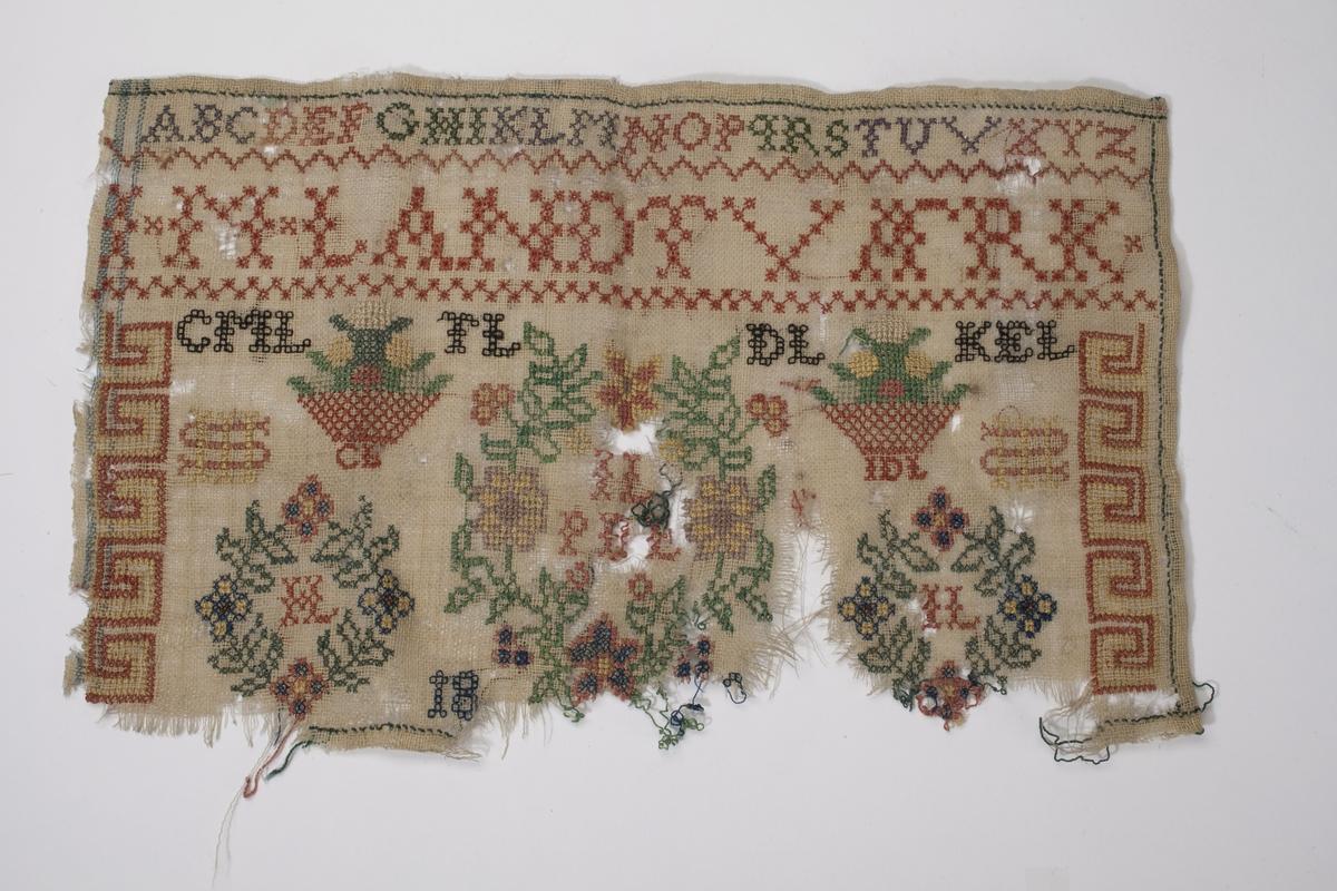 Navneduk med mange ulike motiv. Øverst står alfabetet, under dette J-M-LANDTVÆRK (Jørgine Mathea). Nederste del av navneduken er ødelagt og bare tallet 18 kan leses. Trolig produsert rundt 1830-1835 i likhet med BVM 4664.