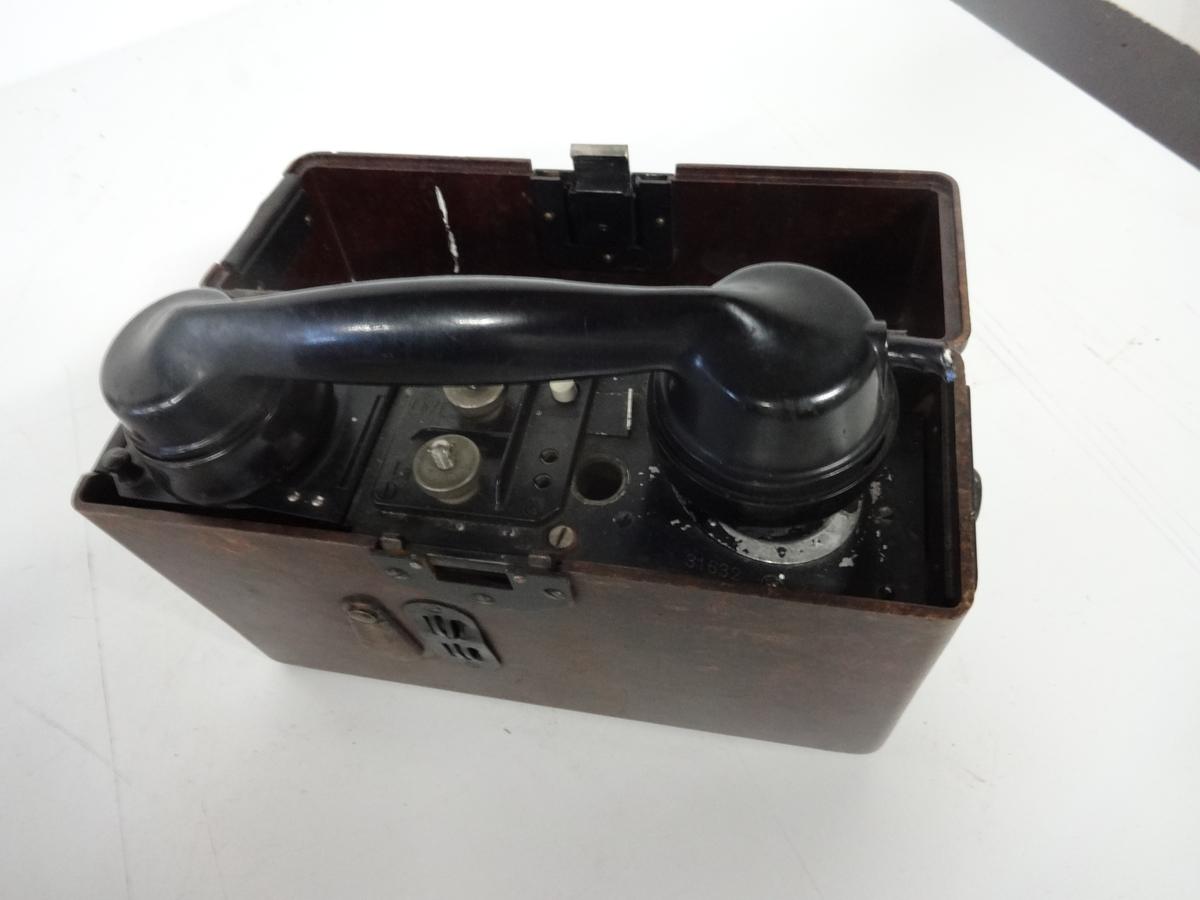 Ex-tysk felttelefon fra 2. verdenskrig. Mangler rør, sveiv og batteri.