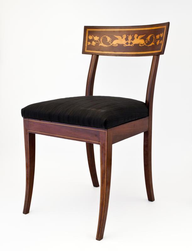 Nyklassisistisk stol av mahogny med sfinksmotiv i intarsia