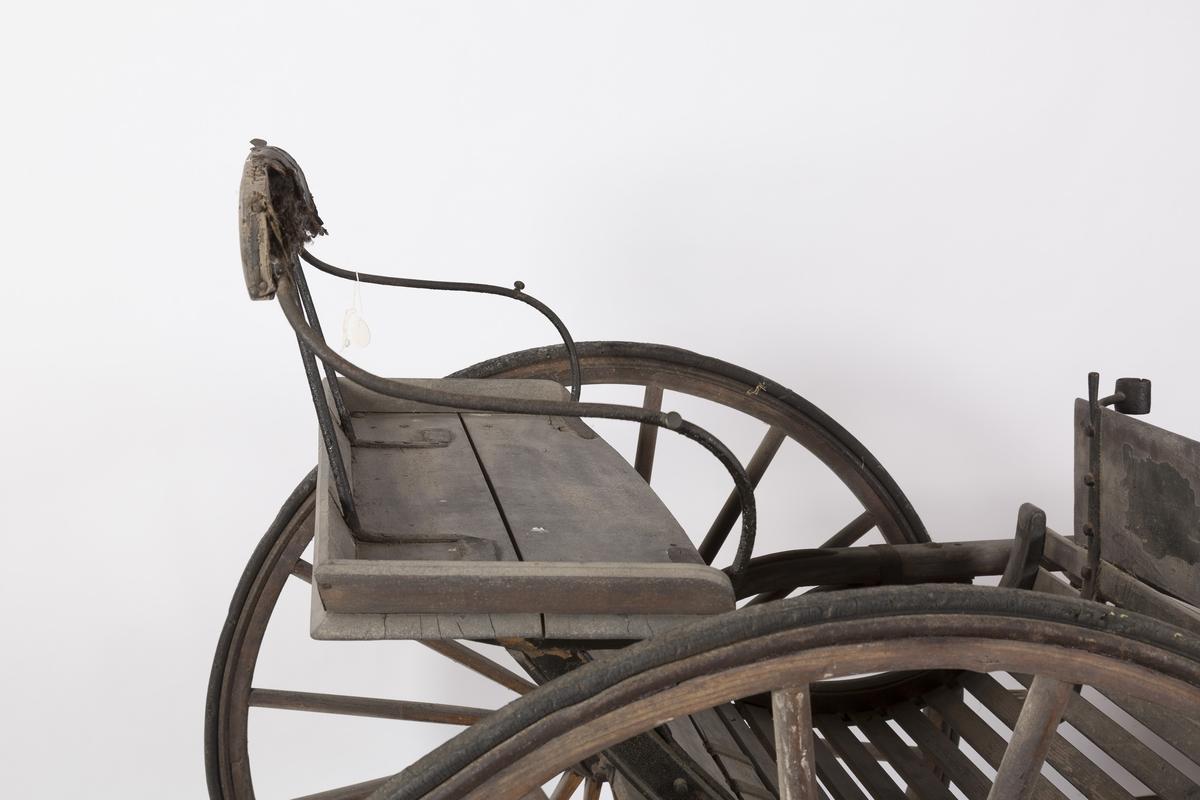 Enspent tohjuling. Selve vogna er merket med A. Draget er merket med B.