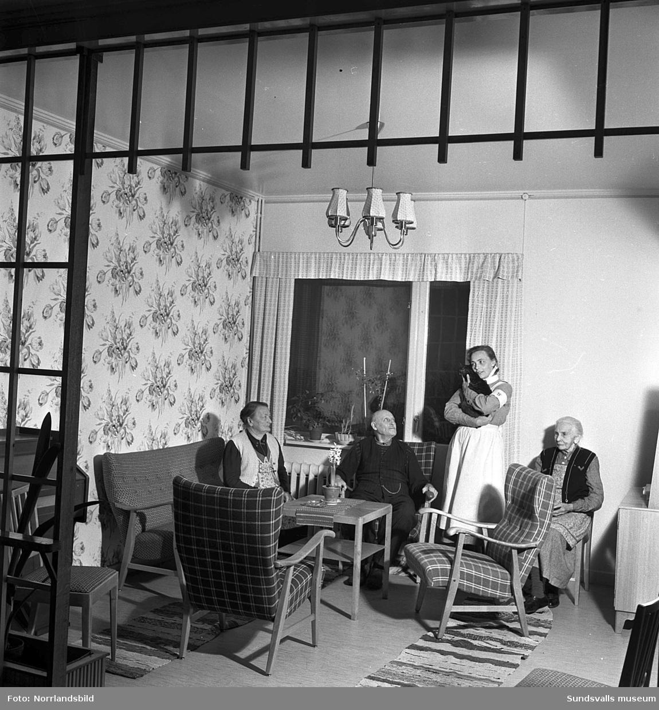 Logårdens ålderdomshem i Västerlo, Stöde. Reportage från 1950 efter renovering och upprustning av lokalerna vilket till stor del genomförts med hjälp av ideella krafter och lokala föreningar. Första bilden är från ett av dagrummen, från vänster: Julia Söderberg, Herman Langelius, husmor Tora Andersson med svanslösa katten Majken i famnen och Anna Larsdotter. Andra bilden är från matsalen och runt bordet ses: Per Magnusson, Otto Östlund, Herman Langelius och Anna Larsdotter.