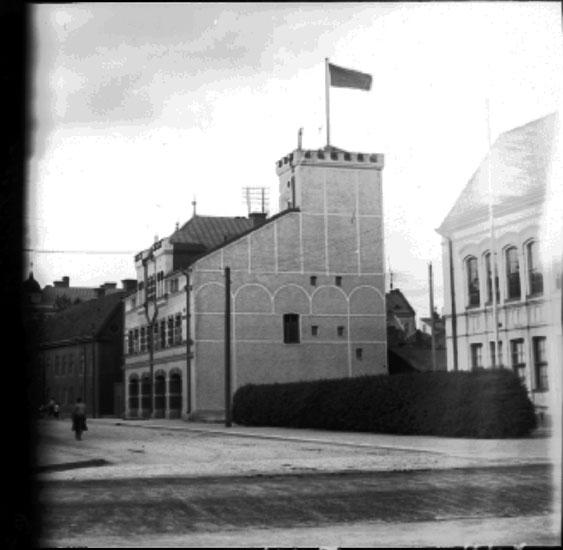 Fabriksgatan mot norr från Rudbecksgatan. Byggnaden i mitten är gamla brandstationen. Till höger skymtar Rudbeckiusskolan (finns ej längre).Beställare: Larsson och Stenberg, Örebro.