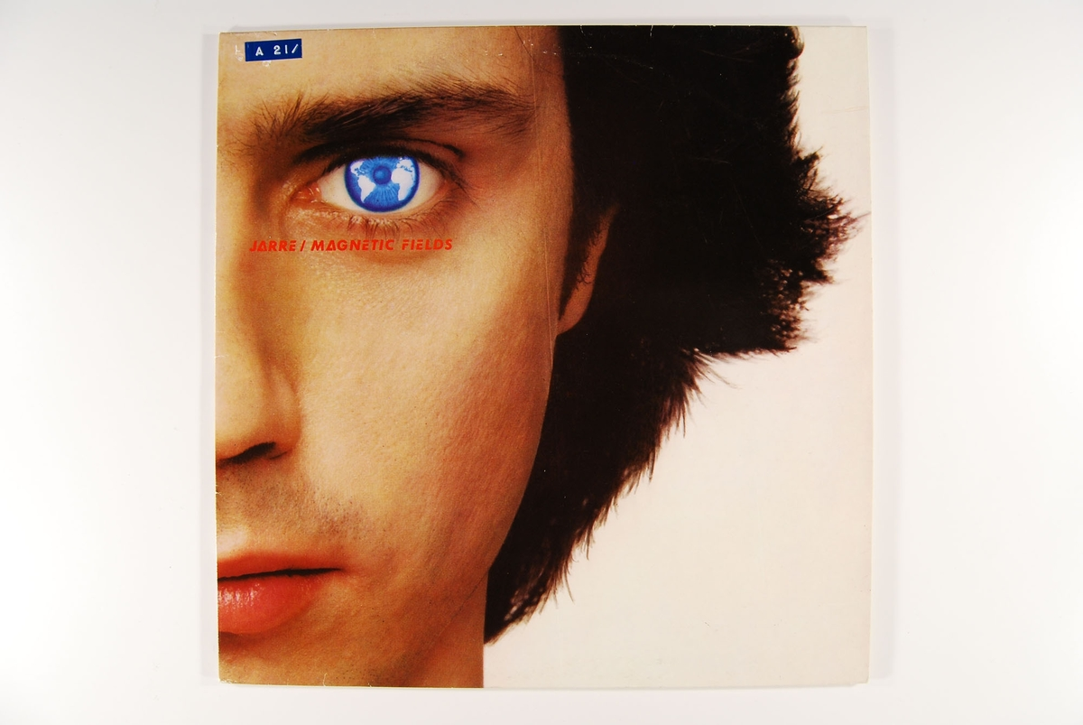 Utsnitt av artistens ansikt. Del av verdenskartet i øyets iris.