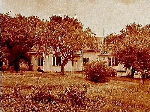 Almby gamla prästgård, envånings flygelbyggnad med balkong på taket.Revs på 50 talet.