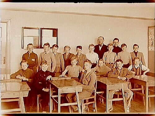 Klassrumsinteriör, 17 skolpojkar med folkskollärare David Abenius, klass 6G, sal 19.Sam Lindskogs familjebild.