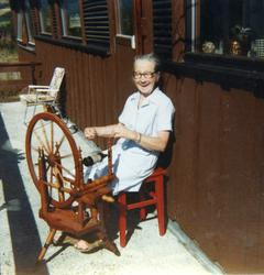 Ingebjørg Lien, fødd Thorset i 1905. Her sit på verandaen i