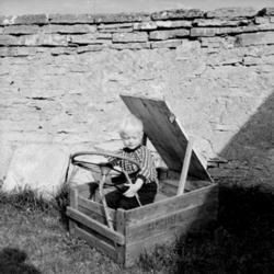 Barnlek, en pojke med leksaksbil.