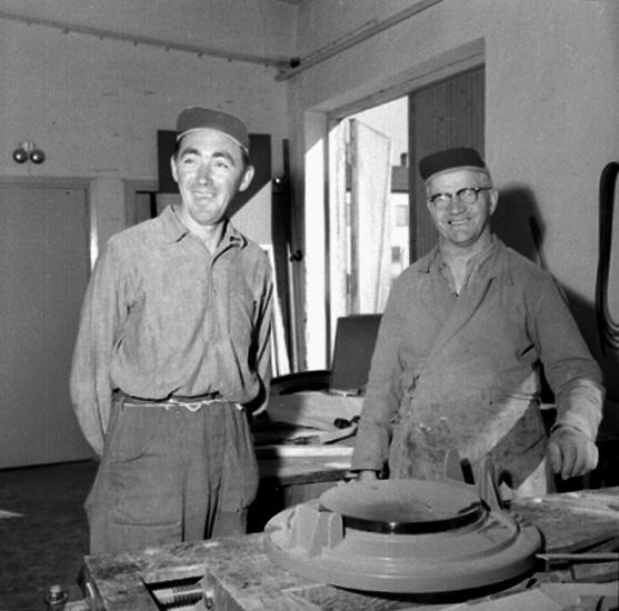 Carlsfors (Karlsfors) snickerifabrik, interiör, två arbetare.Gustafsson & Görtz (beställare ?).