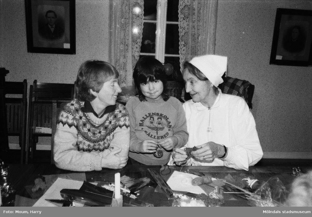 """Julpyntskväll på Kållereds Hembygdsgilles gård i Långåker, år 1983. """"Lilla Sara var med och pyntade tillsammans med Nancy och Mary.""""  För mer information om bilden se under tilläggsinformation."""