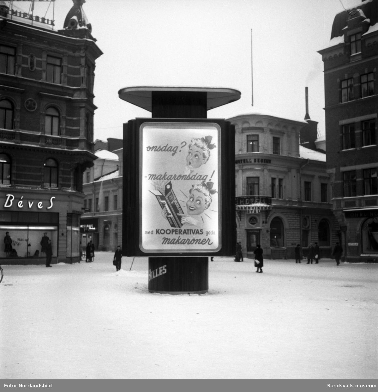 Konsums annonspelare vid torget. Bakom syns numera rivna Hotell Regent.