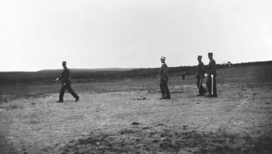 Vi antar at bildene er tatt i forbindelse med gjenopprettelse av Varanger batlajon 01.07.1934. Bildet viser fire offiserer på eksersersplassen på Nybergmoen 1934.