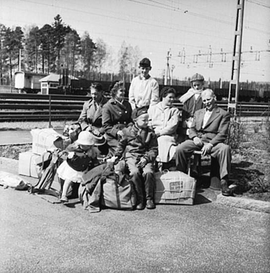 Finnar som flyttar tillbaka till Finland, familjegrupp på järnvägsstationen.