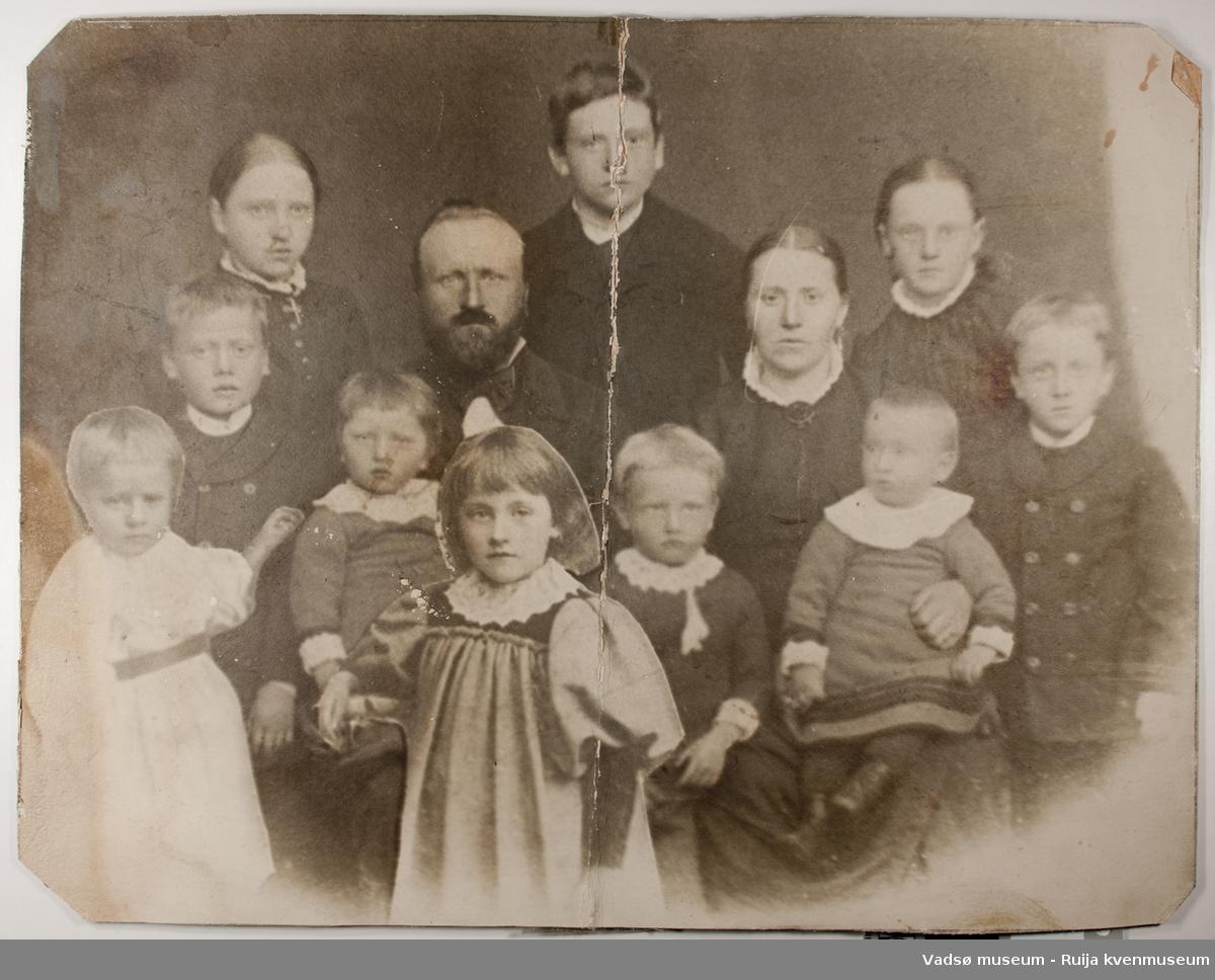 Familieportrett av Hans Kristian og Jonette Sundelin med barn. Fotografert i ca 1894.