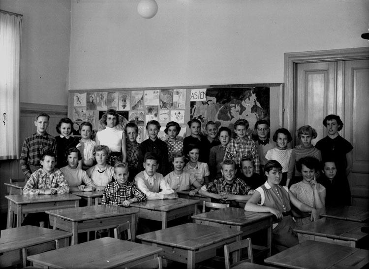 Rynninge skola, klassrumsinteriör, 26 skolbarn med lärarinna fröken Britta Jacobsson.Klass 6Cc, sal 1.