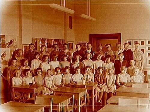 Olaus Petriskolan, klassrumsinteriör, klass 4Ac, sal 22.34 skolbarn och lärarinna fru Britta Sahlin.