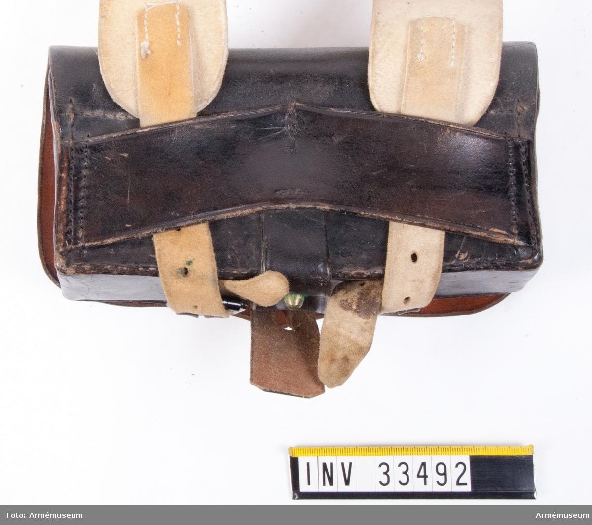 Grupp C I.  Ur uniform för parad för manskap vid Livreg:s husarkår. 1814-45. Består av dolma, päls, byxor, skärp med mössa, plym, kordong, flygel, mössplåt, kokard och hakrem, halsduk, handskar, stövlar, sporrar, kartusch med rem, sabelkoppel, handrem, sabeltaska med remmar. Kartusch enligt Beklädnadsreglemente 10/4 1809 (Livre. hus). Modell 21/11 1827 och 22/1 1836 utan beskrivning.