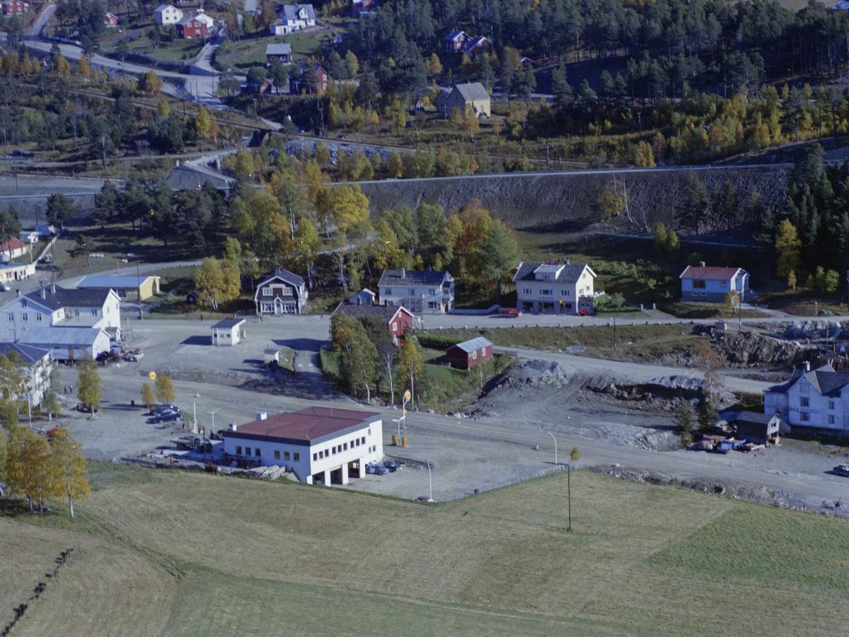 Flyfoto,bebyggelse, Dombås. Shell bensinstasjon i front med Dombås bokhandel, også nevnt som Kaupanger, rett bak.