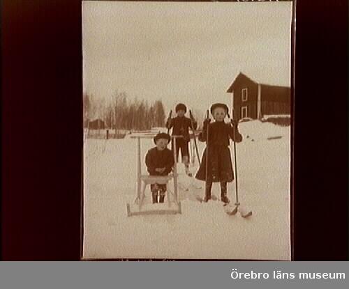 Lekande barn i snö.