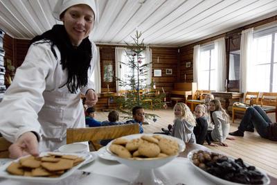 """Fra skoletilbudet """"Jul på prestegården anno 1880"""", hvor tjenestejenta serverer julekaker"""