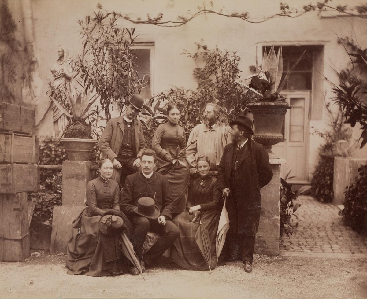 Gruppebilde fra Roma 1888 med Mathilde Mathiesen øverst i midten.