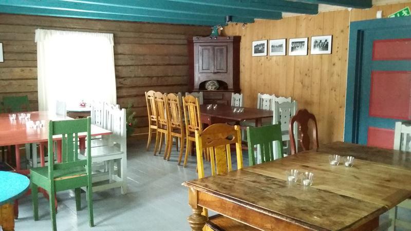 Stue med gammeldagste bord og stoler (Foto/Photo)