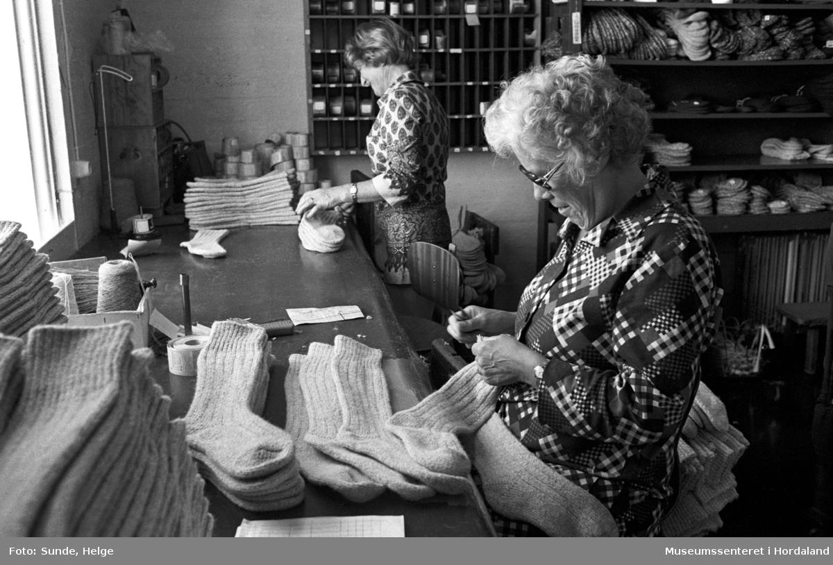 Arbeidsliv ved Salhus Tricotagefabrik i Salhus, Bergen i 1976. Samanlegging av sokkar.  F.v.: NN, Magda Sellevold.