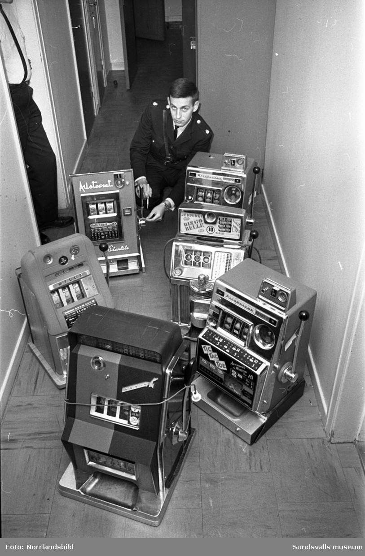 """""""Spelhåla i Sundsvall"""", bilder för Expressen. Polisen beslagtar spelautomater på Kafé National i Sundsvall."""
