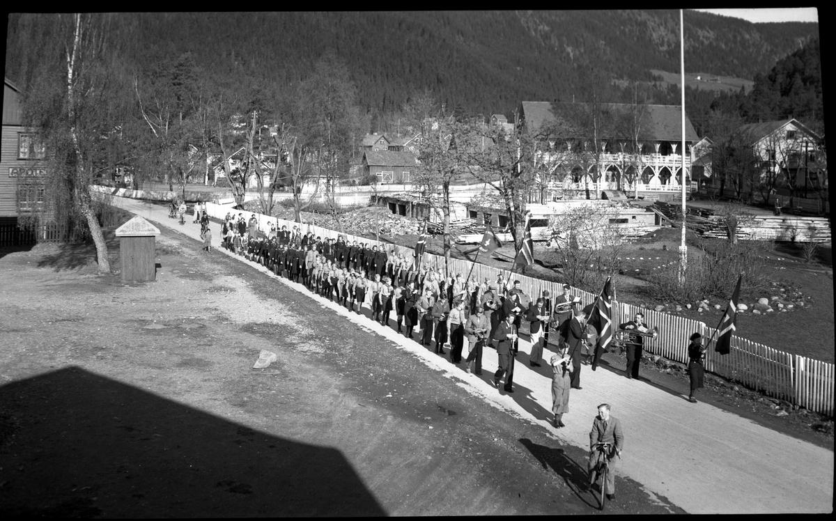 17.mai-tog på Fagernes, ved Fagerlund hotell som er i ferd med å bli bygget opp igjen etter brannen i 1936