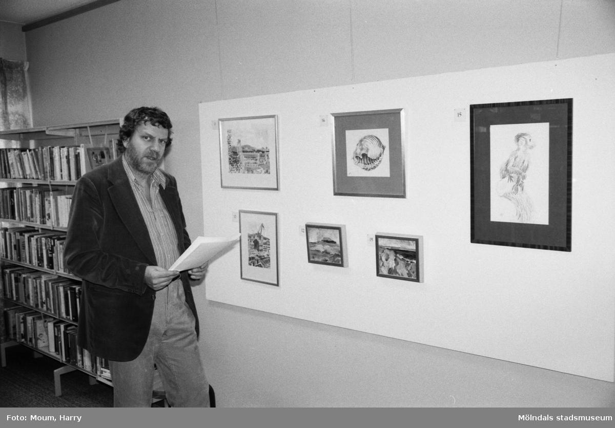 Konstnären Henry Peterson ställer ut på Kållereds bibliotek, år 1984.  För mer information om bilden se under tilläggsinformation.