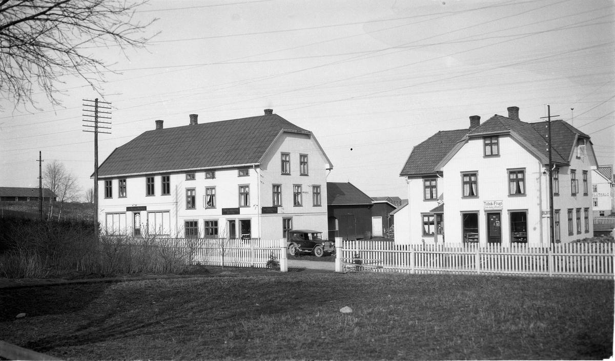Lena sentrum, Østre Toten, 13.april 1925. Eiendommene Haug Nordre (til venstre) og Haug Søndre.