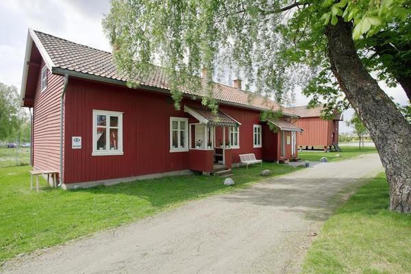 Rødt langt to etasjes hus med to innganger.. Foto/Photo