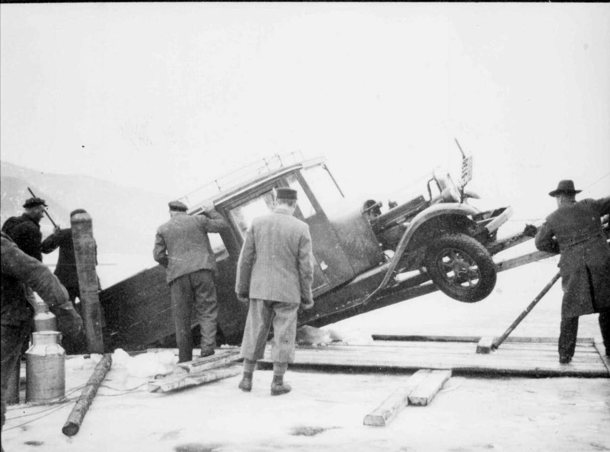 Repro: Bil gjennom isen på Mjøsa.