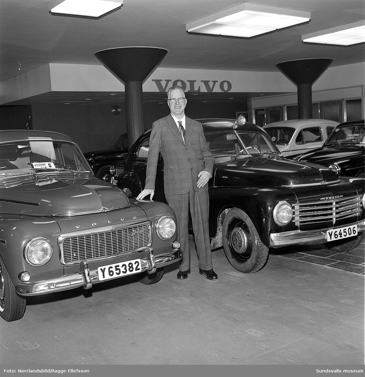 Härnösandsläkaren H.V. Zetterlund ägde landets äldsta i bruk varande Volvo PV 444 och fick gratis byta ut den mot den 400 000:e Volvo PV 544. På bilden står doktor Zetterlund mellan sin A-modell från 1947 med 41 hk motor och den nya PV 544 Sport med 90 hk B18-motor. Som synes har modellen utseendemässigt behållit sin karaktär trots att den under åren moderniserats väsentligt och att tusentals detaljändringar gjorts.