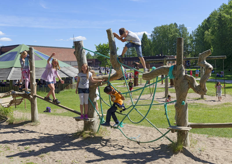 Barn leker i klatrestativet under Skog og vann 2014 (Foto/Photo)