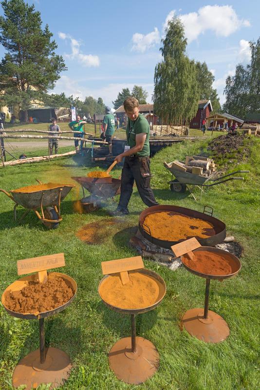 Røsting av myrmalm under De nordiske jakt- og fiskedager 2014.