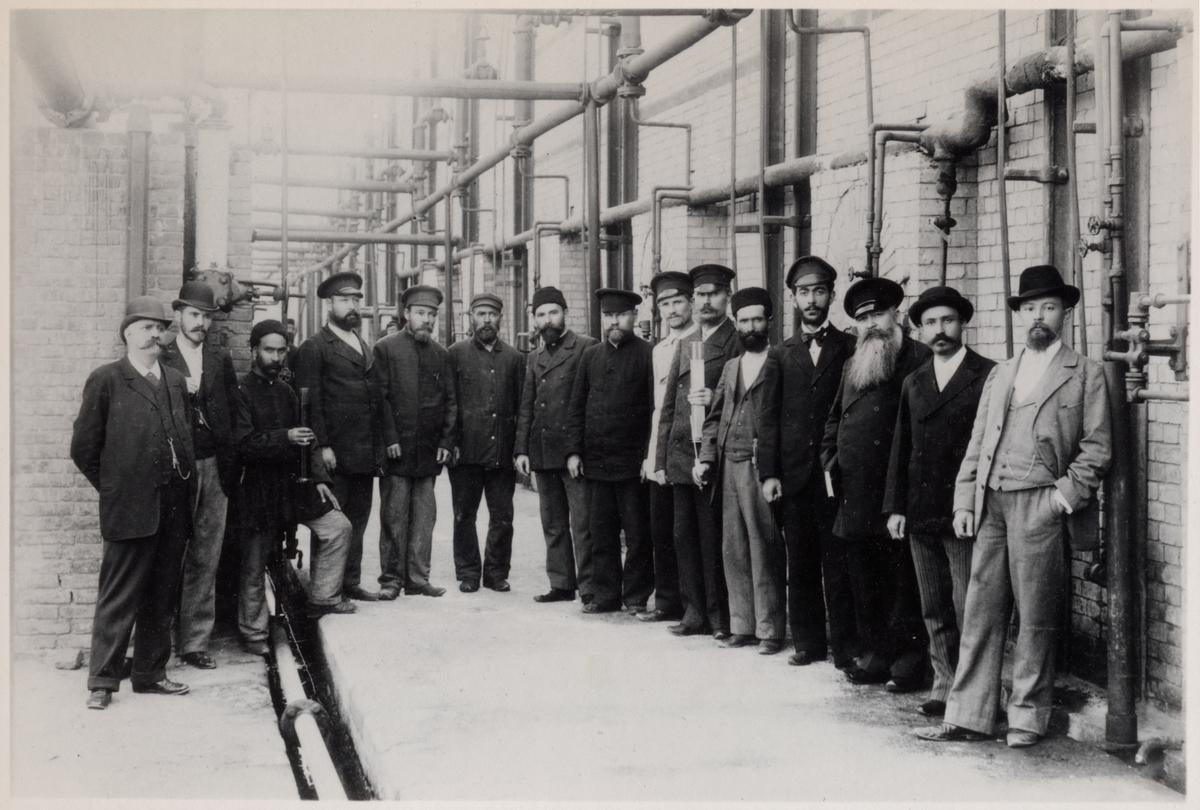"""""""Destillationen"""" vid Nobels oljeanläggningar i Baku. Bilden ingår i två stora fotoalbum efter direktör Karl Wilhelm Hagelin som arbetade länge vid Nobels oljeanläggningar i Baku."""