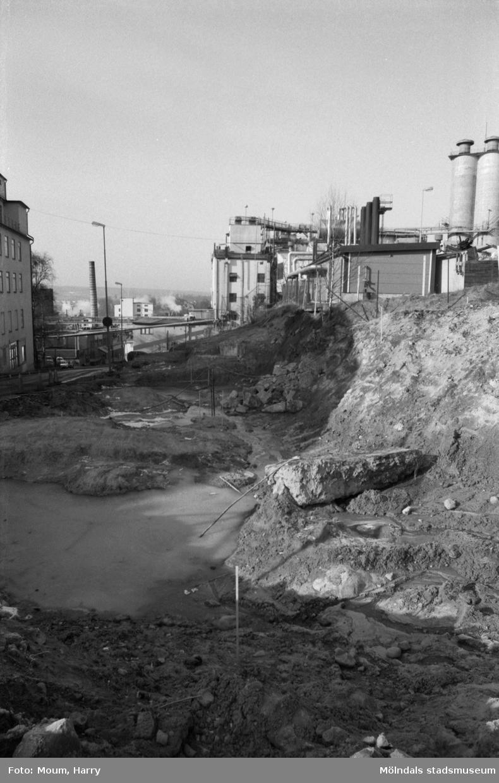 """Vägarbete i """"Kråkan"""", Kvarnbygatan i Mölndal, år 1984. Till höger ses fabriksbyggnader tillhörande Soab.  Fotografi taget av Harry Moum, HUM, Mölndals-Posten, vecka 12, år 1984."""